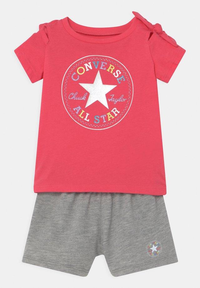 KNOTTED SET - Print T-shirt - strawberry jam