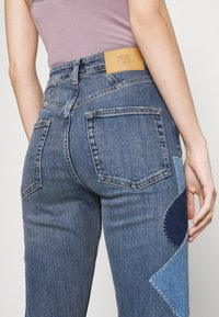 BDG Urban Outfitters - RIP AND REPAIR - Flared jeans - mid vintage - 6