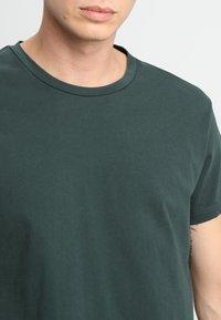 Samsøe Samsøe - KRONOS  - Basic T-shirt - darkest spruce - 4