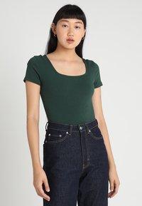 Glamorous - 2 PACK SQUARE NECK BODY  - Basic T-shirt - black/green - 3