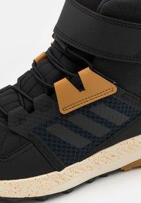 adidas Performance - Śniegowce - core black/grey six/mesa - 5