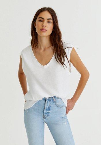 MIT V-AUSSCHNITT - Basic T-shirt - white