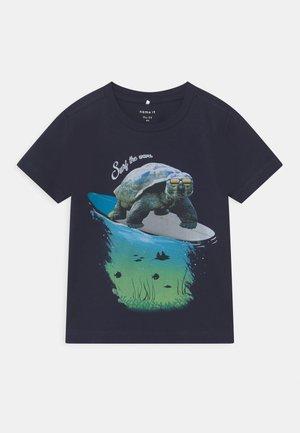 NMMFOCEAN - Print T-shirt - dark sapphire