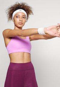 Nike Performance - BRA - Sports-BH-er med lett støtte - fuchsia glow/white - 3