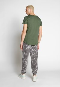 Lee - SHAPED TEE - T-shirt imprimé - utility green - 2