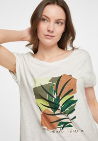 comma casual identity - Print T-shirt - offwhite placed print - 3