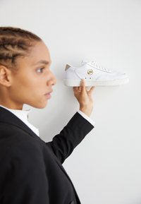 Nike Sportswear - COURT VINTAGE  - Sneakersy niskie - white/sail/stone/atomic pink - 2