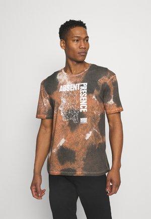 JORAZIEL TEE CREW NECK - Print T-shirt - raw sienna