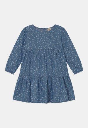 FLEUR TIERED DRESS - Jeansklänning - light blue