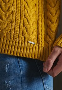 Superdry - DROPPED SHOULDER CABLE CREW NECK - Jumper - boston yellow - 2