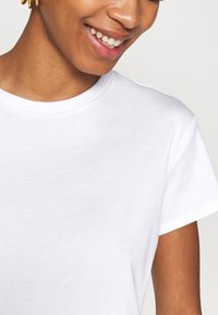 JUST FEMALE - CASH TEE - Basic T-shirt - white