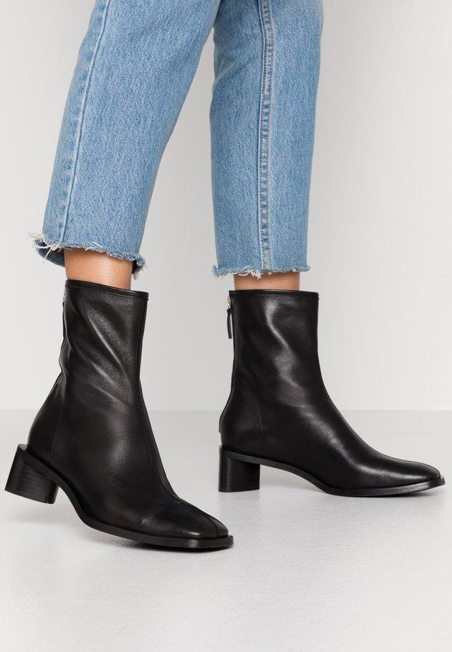 ELLINOR - Korte laarzen - black