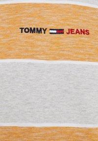 Tommy Jeans - STRIPE LINEAR LOGO TEE - T-shirt med print - orange - 2