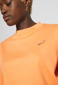 Nike Sportswear - T-shirts - orange trance - 6