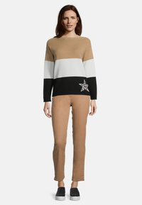 Betty Barclay - MIT COLOR BLOCKING - Jumper - camel/black - 1