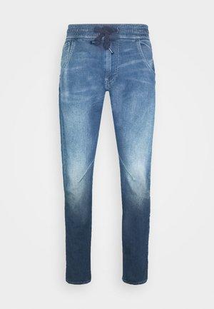 ARC 3D SPORT TAPERED - Jeans Tapered Fit - lt wt indigo cella trainer 7 oz - medium aged