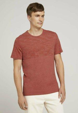 MIT BRUSTTASCHE - Print T-shirt - chili red white melange
