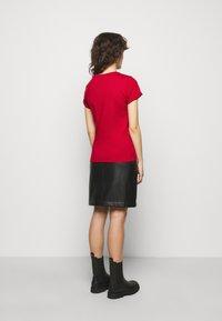 HUGO - THE SLIM TEE - T-shirts med print - medium red - 2