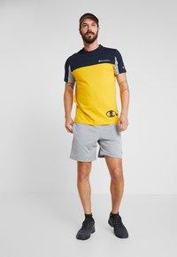 Champion - CREWNECK - T-shirt med print - yellow - 1