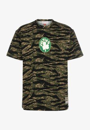 TIGER BOSTON CELTICS - Print T-shirt - camo