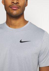 Nike Performance - DRY  - T-shirt basic - particle grey/grey fog/heather/black - 4