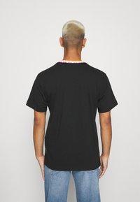 adidas Originals - DETAIL UNISEX - Camiseta básica - black - 2