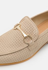 Selected Homme - SLHLEO SUEDE HORSEBIT LOAFER - Nazouvací boty - sand - 5