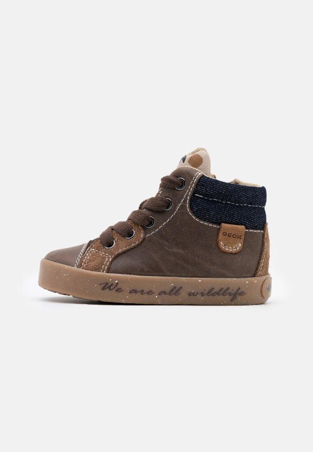 KILWI BOY - Sneakers hoog - coffee