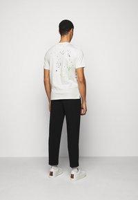Paul Smith - GENTS PAINT SPLATTER UNISEX - Print T-shirt - white - 2