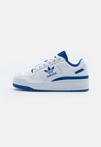 FORUM BOLD - Trainers - footwear white/team royal blue