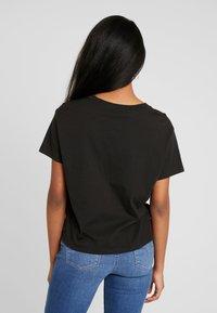 Levi's® - GRAPHIC VARSITY TEE - Print T-shirt - hsmk fill meteorite - 2
