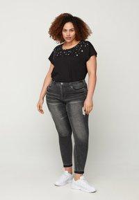 Zizzi - Print T-shirt - black stars - 1