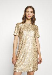 Pieces - PCALISIA DRESS - Vestito elegante - warm sand - 0