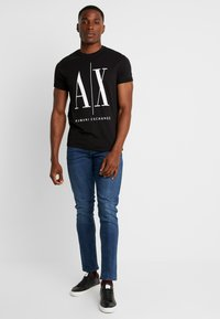 Armani Exchange - T-shirt med print - black - 1