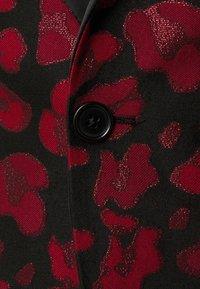 Twisted Tailor - FOSSA SUIT SET - Puku - black red - 10