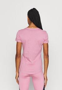 Puma - LOGO TEE - T-shirt con stampa - foxglove - 2