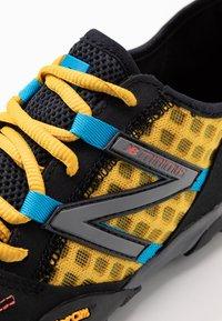 New Balance - MINIMUS - Obuwie do biegania neutralne - yellow - 5