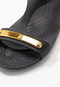 Crocs - SERENA METALLIC BAR  - Kapcie - gold/black - 2