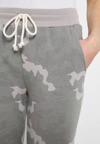 American Eagle - SLIM BOYFRIEND PRINT - Tracksuit bottoms - grey - 4