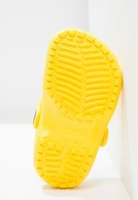 Crocs - CLASSIC UNISEX - Pool slides - lemon - 4
