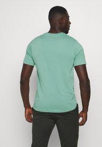 Nike Performance - DRY TEE WILD RUN - T-Shirt print - healing jade - 2