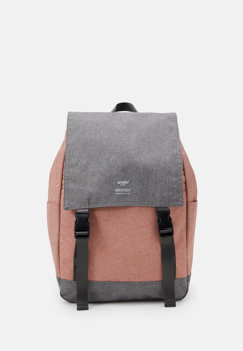anello - SLIM FLAP BACKPACK UNISEX - Batoh - grey nude pink