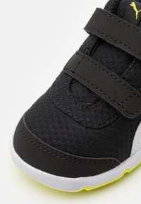 Puma - STEPFLEEX 2 UNISEX - Chaussures d'entraînement et de fitness - black/white/energy yellow
