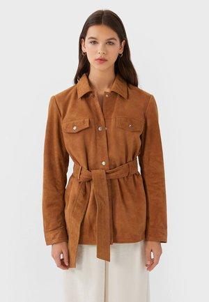 MIT GÜRTEL  - Leather jacket - camel