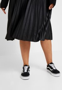 Lost Ink Plus - PLEATED SKIRT IN COATED - A-Linien-Rock - black - 3