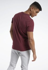 Reebok - TRAINING ESSENTIALS MÉLANGE T-SHIRT - Basic T-shirt - red - 2
