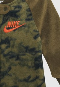 Nike Sportswear - CRAYON CAMO FOOTED COVERALL - Pyjamas - medium olive - 2