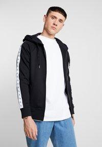 Calvin Klein Jeans - MONOGRAM TAPE ZIP THROUGH - Bluza rozpinana - black - 0