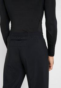 Nike Performance - WOVEN PANT - Teplákové kalhoty - black/silver - 4
