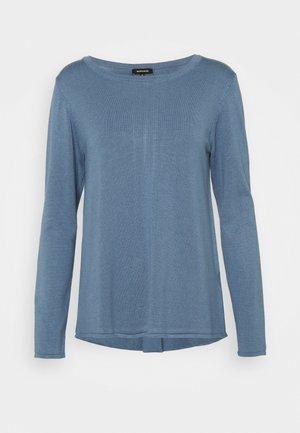 BOAT NECK PLEAT  - Strikkegenser - dusty blue